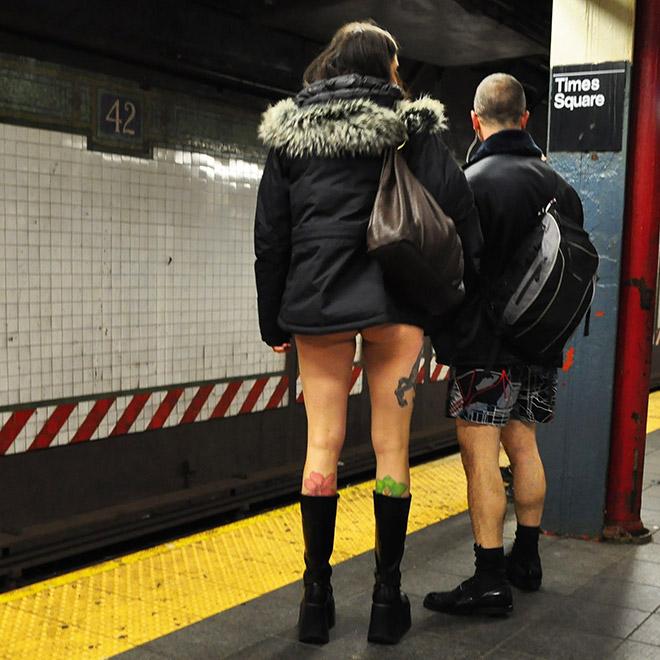 люди в куртках без штанов