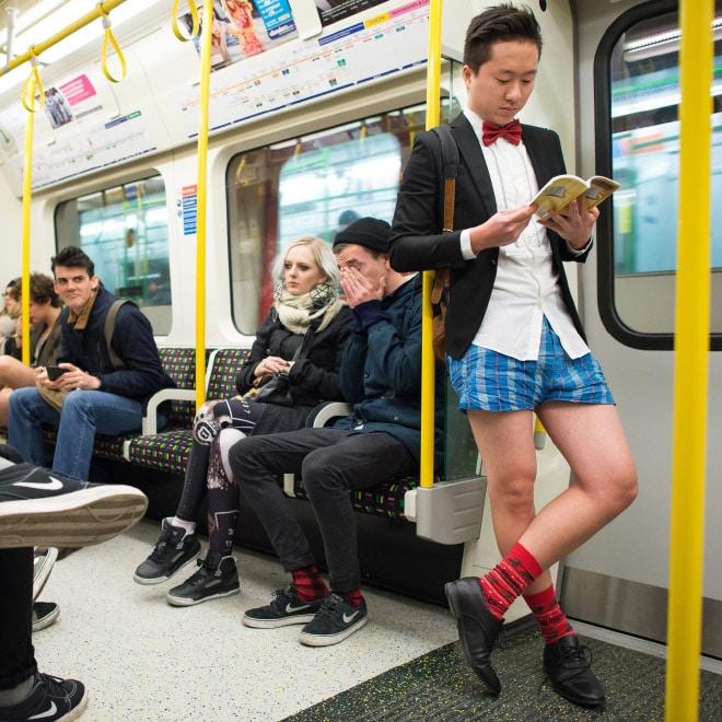 парень в вагоне метро без штанов