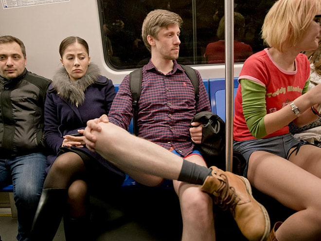 парень без штанов в вагоне метро