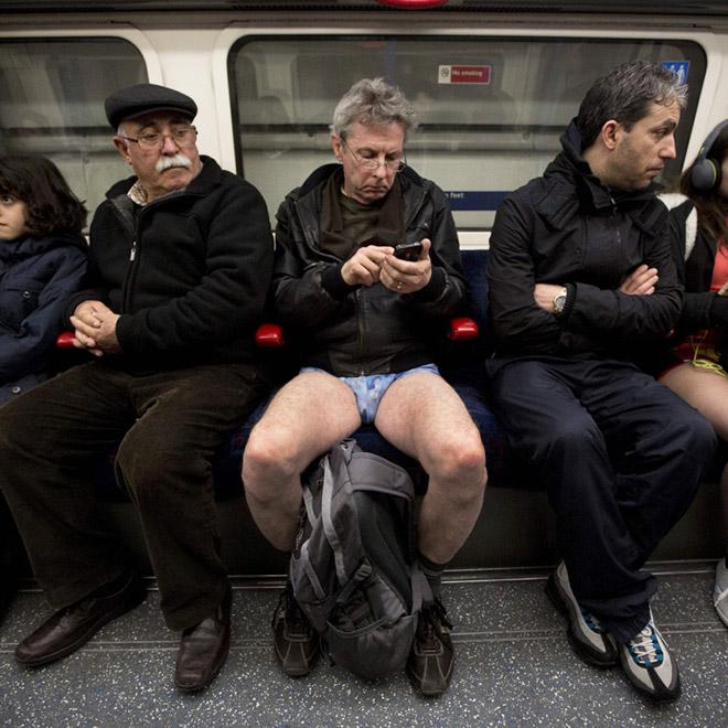 мужчины в вагоне метро