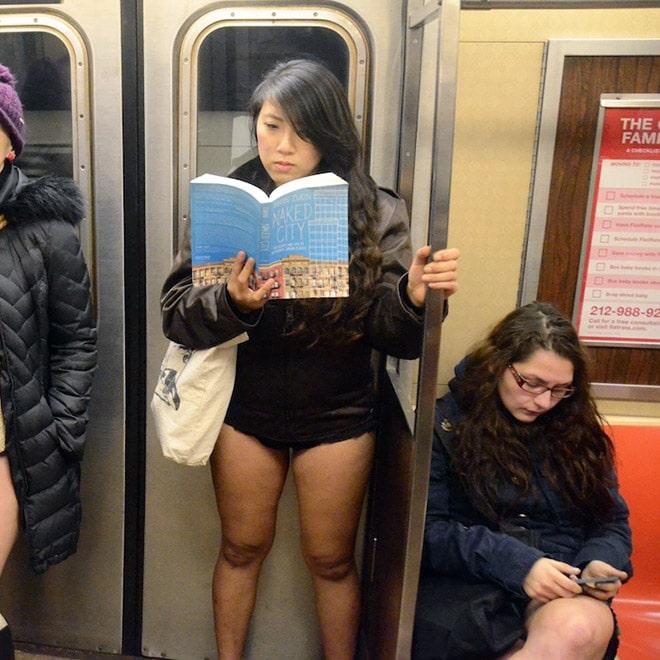 девушка читает книгу в метро