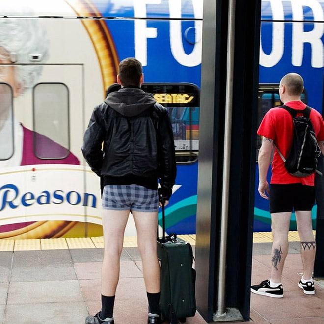 мужчина в нижнем белье в метро