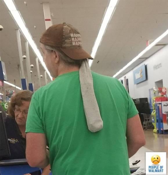 мужчина в кепке в волмарте