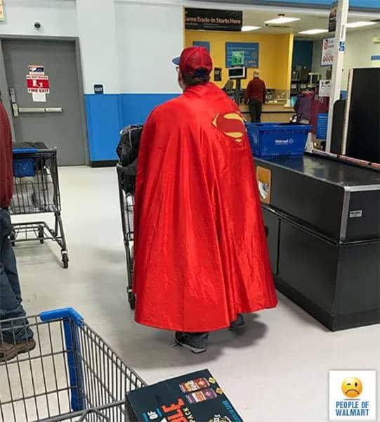 мужчина в накидке супермена