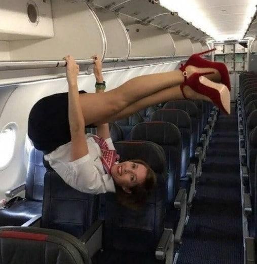 стюардесса висит на руках