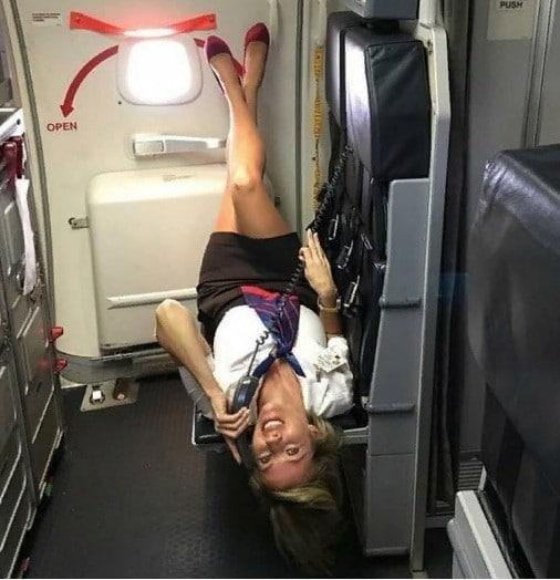 стюардесса говорит по телефону