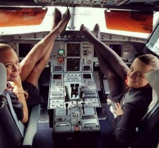 стюардессы в кабине пилотов