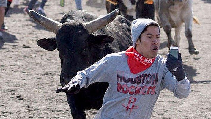 парень убегает от быка