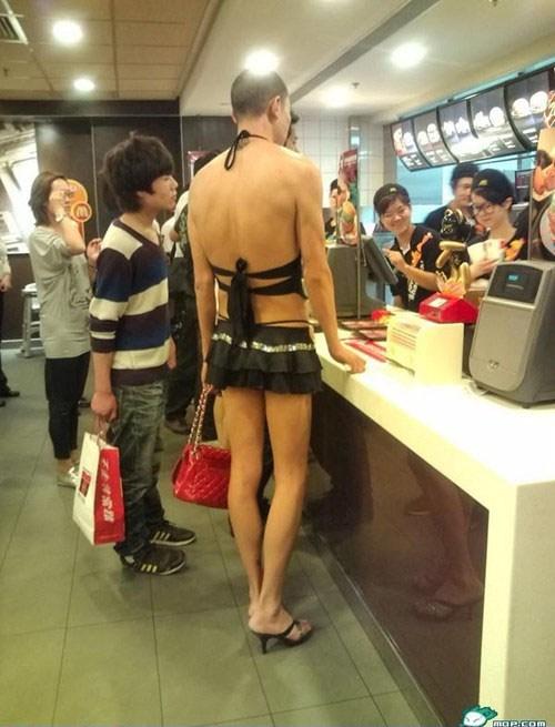 парень в юбке и на каблуках