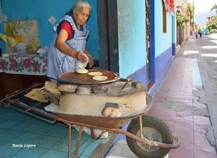Женщина печет блинчики