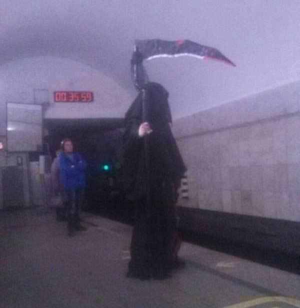 смерть с косой в метро