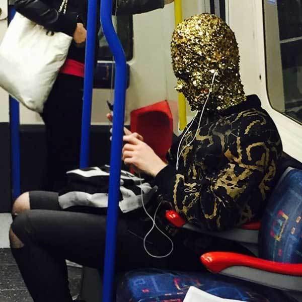 парень в наушниках в метро