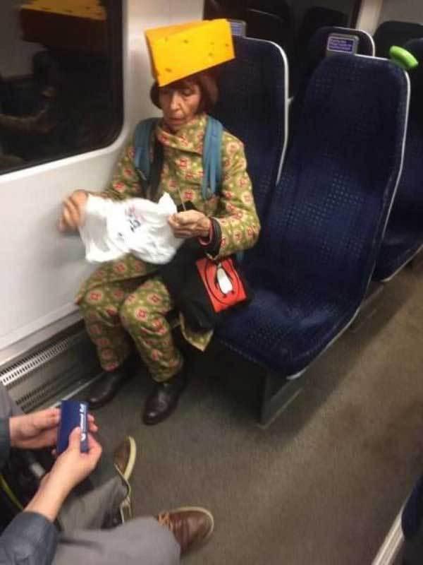женщина с сыром на голове в метро