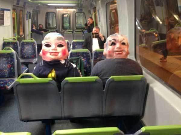 люди в масках в метро