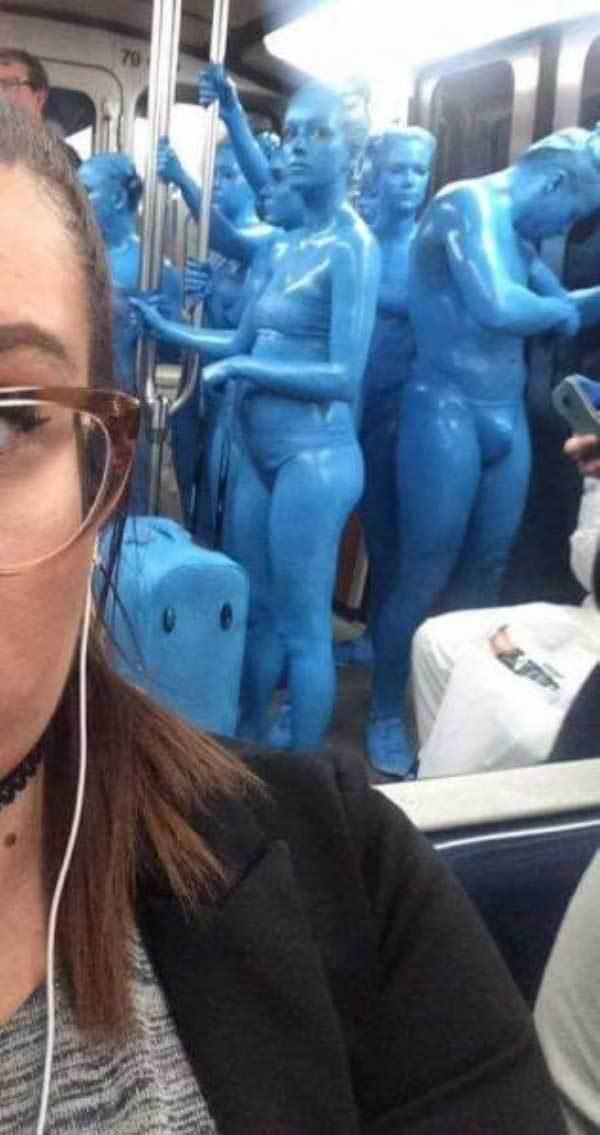 люди в синих костюмах в метро