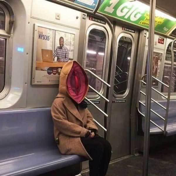 женщина в пальто в метро