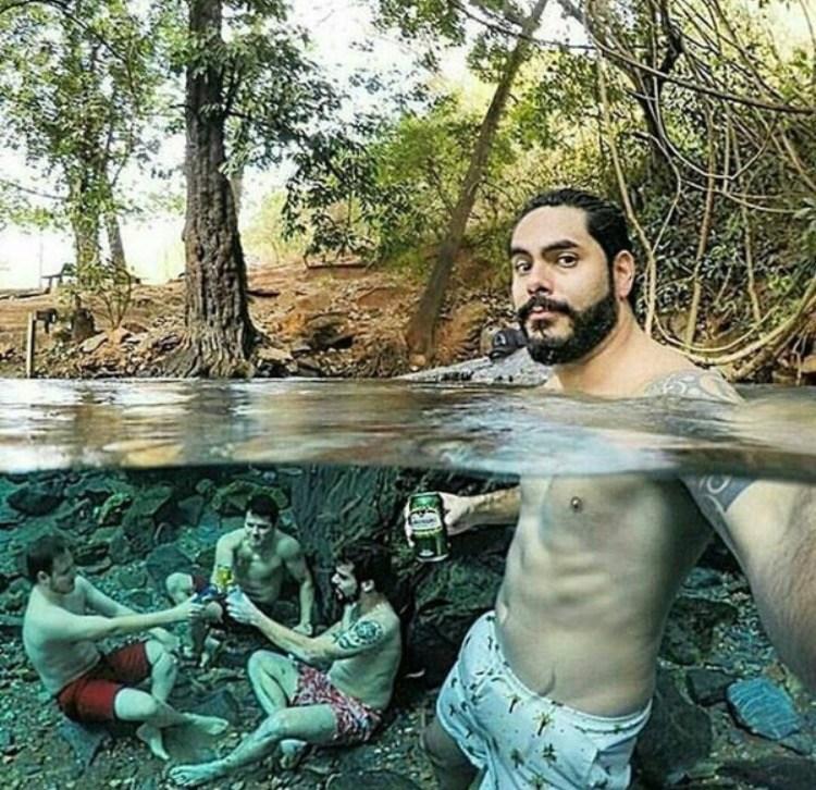 парни под водой