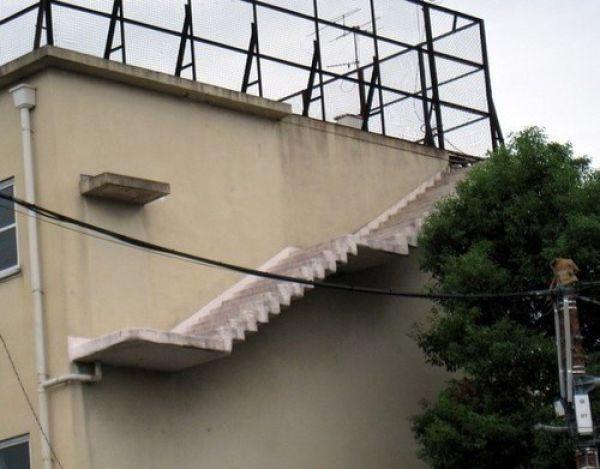 Лестница посреди здания