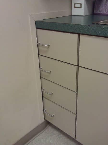 Ящики шкафчика наполовину в стене