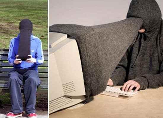 парень перед компьютером и с телефоном