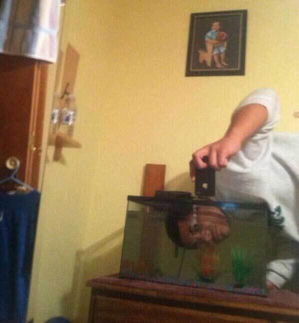мужчина с головой в аквариуме