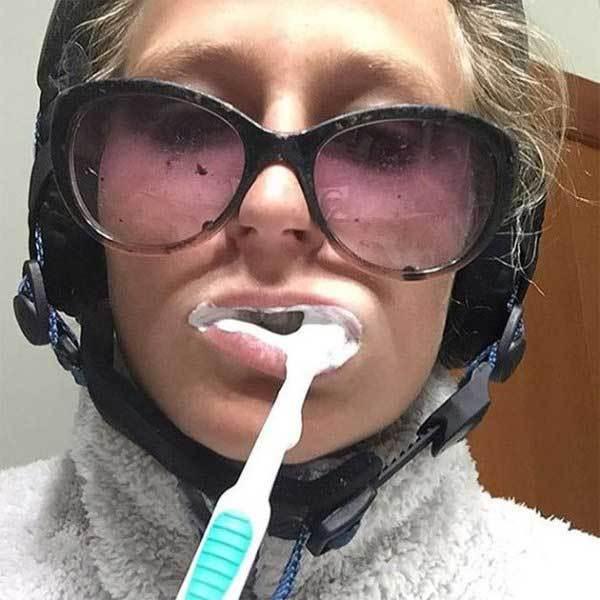 девушка в очках чистит зубы