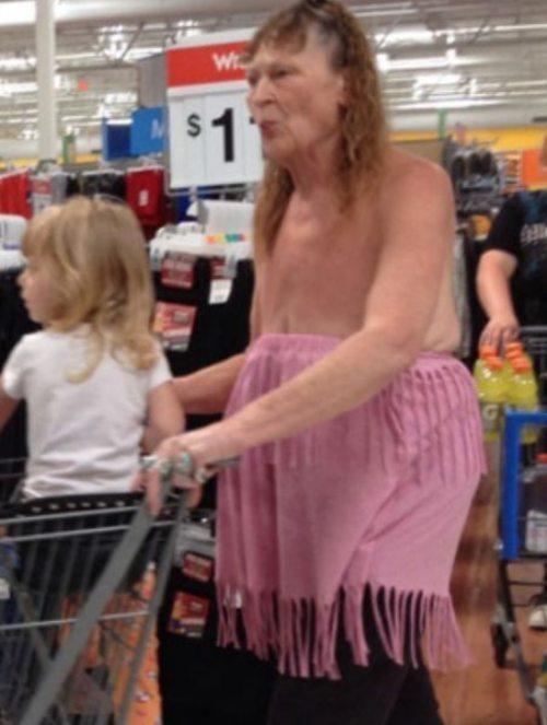бабушка с внучкой в супермаркете