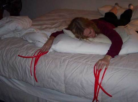 девушка с длинными ногтями на кровати