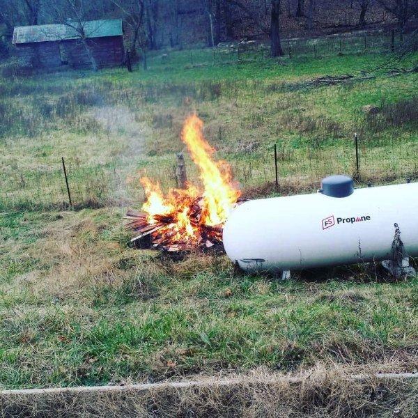 костер рядом с газовым баком