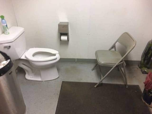 унитаз и стул напротив
