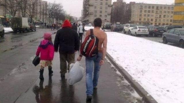 мужчина без верхней одежды зимой