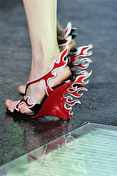 красные босоножки на ногах