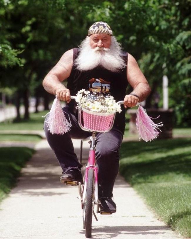 дед на велосипеде