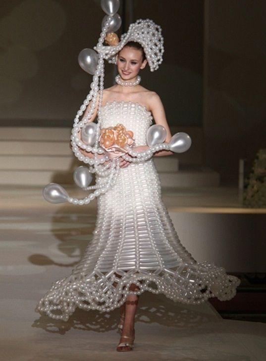 девушка в свадебном наряде на подиуме