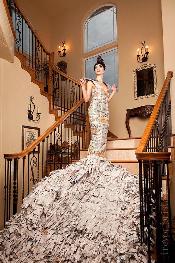 невеста на лестнице в платье из газет