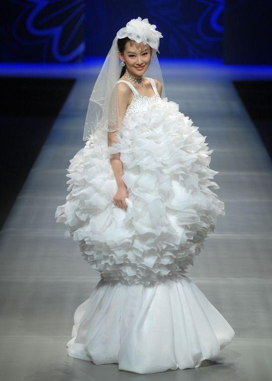 модель на подиуме в свадебном платье