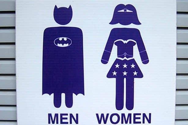 табличка в виде Бэтмена и Суперженщины