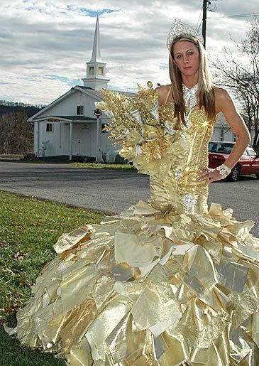девушка в золотом платье невесты