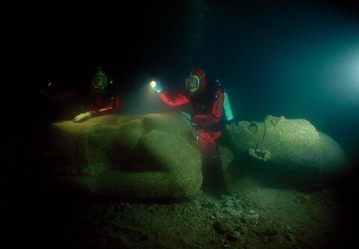 затонувшая статуя
