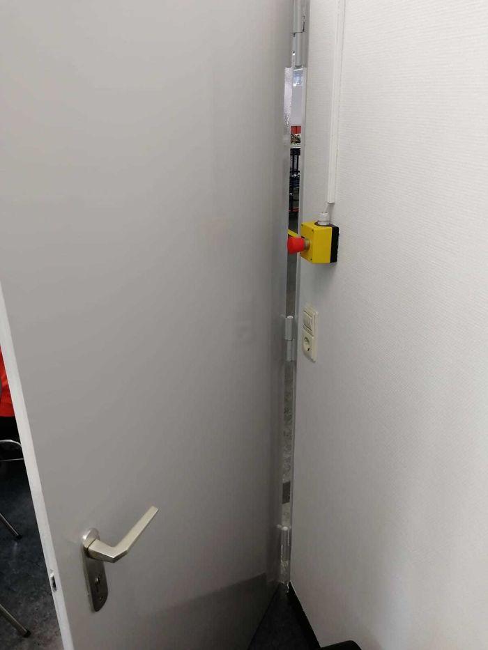 дверь и красная кнопка