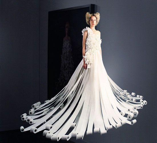 невеста в платье из туалетной бумаги