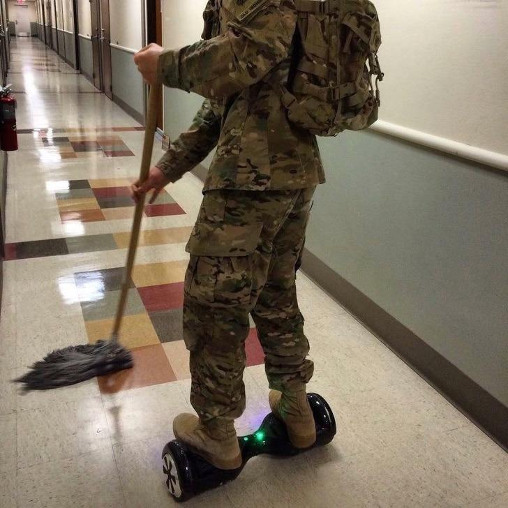 солдат убирает