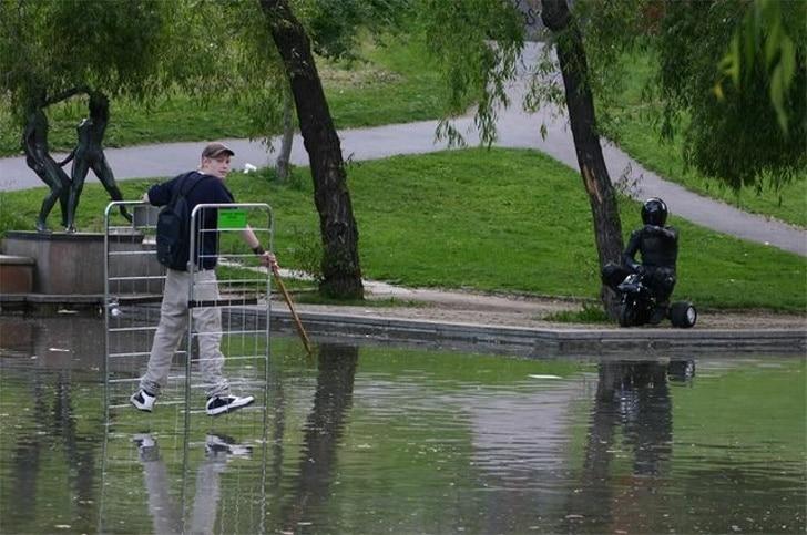 парень ходит по воде