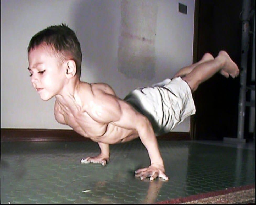 мальчик делает стойку на руках