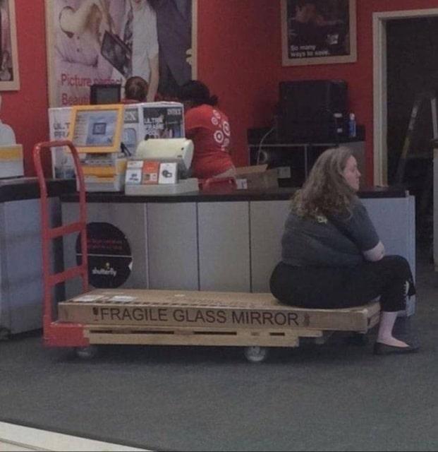 женщина сидит на коробке