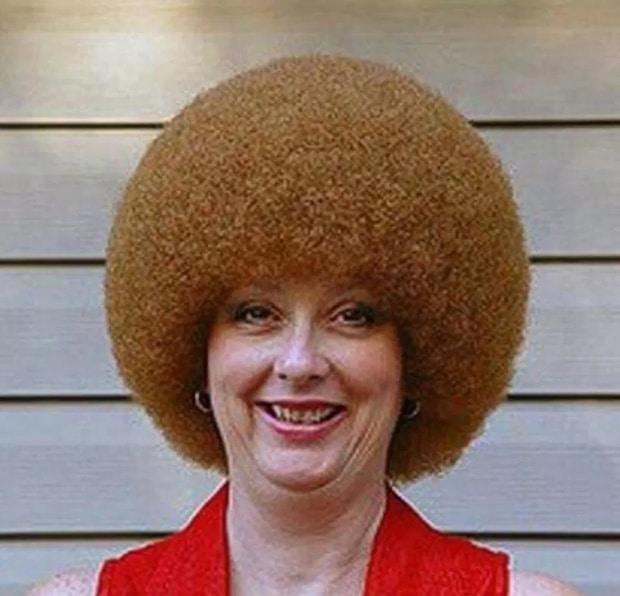 женщина со смешными волосами