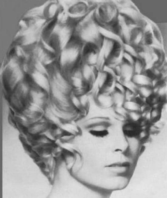женщина и волнистые волосы
