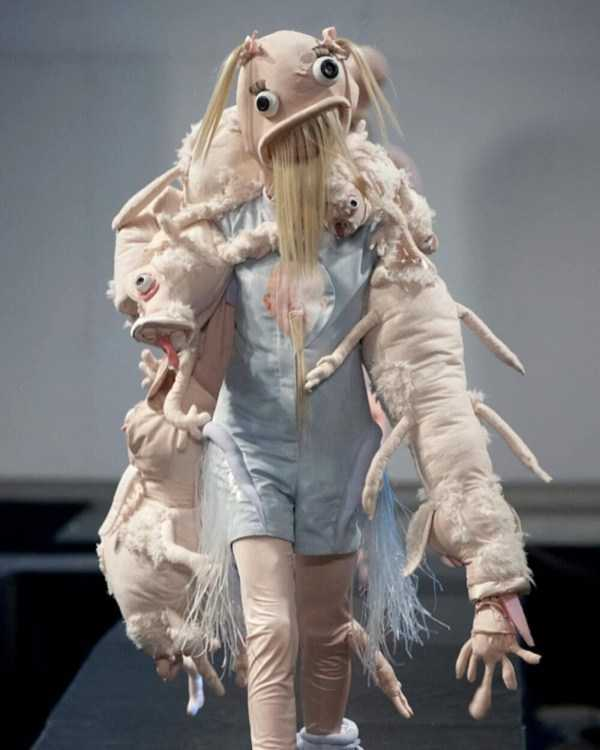 модель в странной одежде