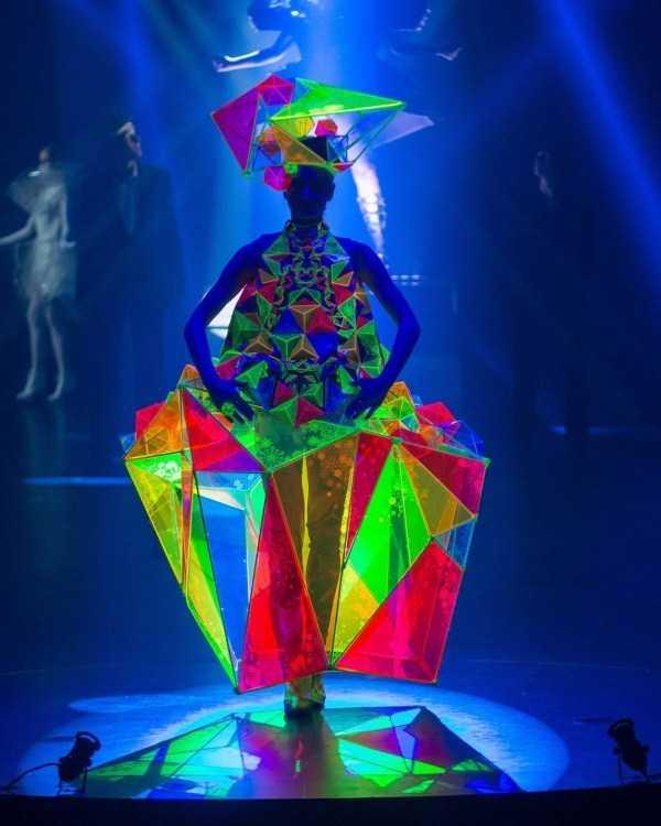 модель в цветном наряде на подиуме