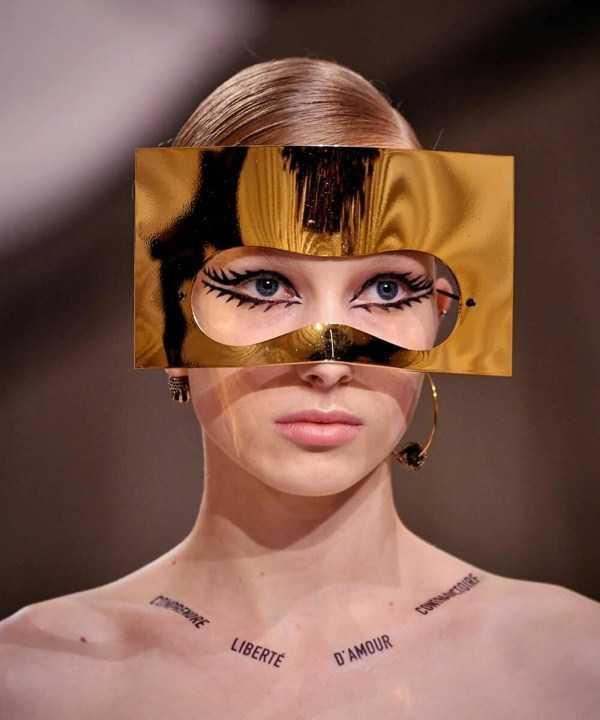 девушка с золотой маской на лице